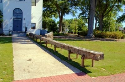 World's Longest Courthouse Bench and Marker image. Click for full size.