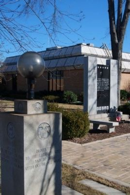 Veterans of All Wars Monument<br>Hart County Courthouse in Background image. Click for full size.