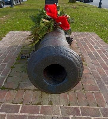 Revolutionary Cannon decorated for Christmas image. Click for full size.