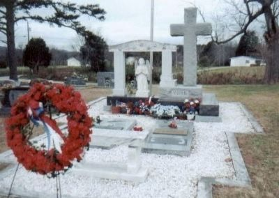 Alvin C. York gravesite in Wolf Cemetery, Pall Mall, TN image. Click for full size.