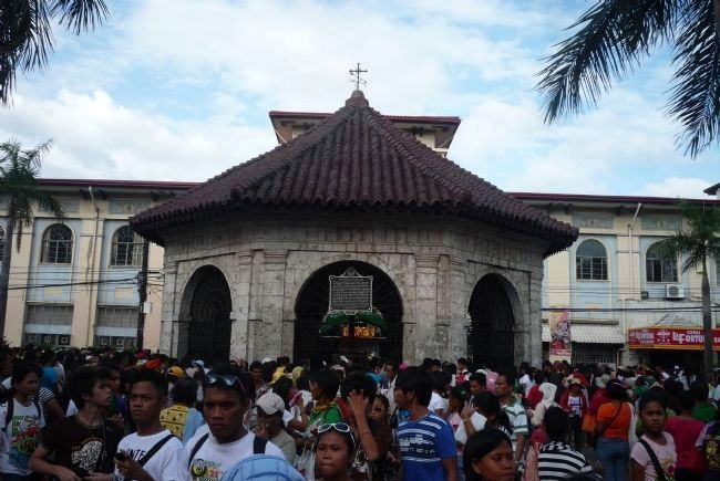 The throng of celebrants from the nearby<i> Basilica Minor del Santo Niño</i> image. Click for full size.
