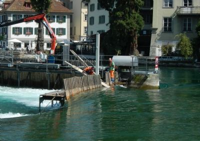 Adjusting the Weir Waterlevel at Mühlenplatz image. Click for full size.