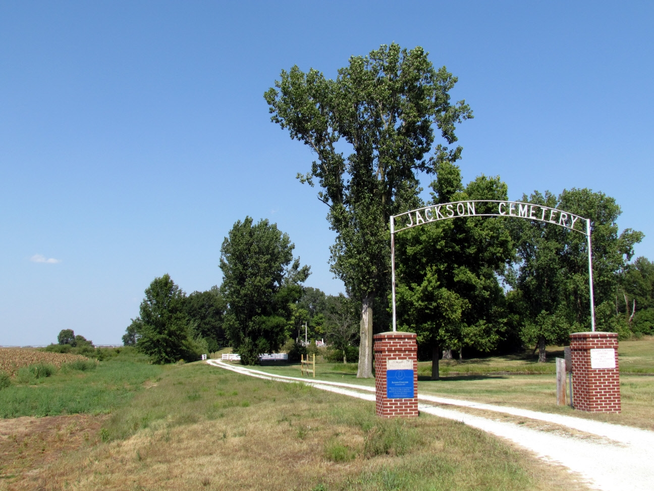 Entrance and driveway to Jackson Cemetery