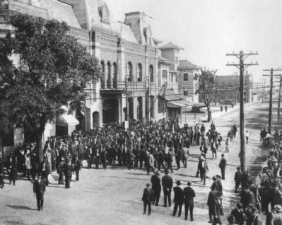 Crowd outside Opera House image. Click for full size.