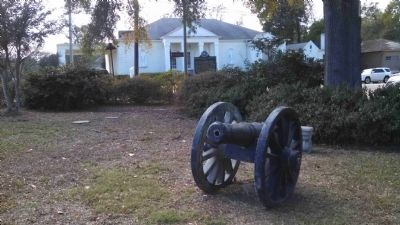 Brookhaven Light Artillery Marker behind Civil War cannons image. Click for full size.