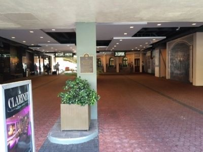 Entrance to Holiday Inn - New Orleans image. Click for full size.