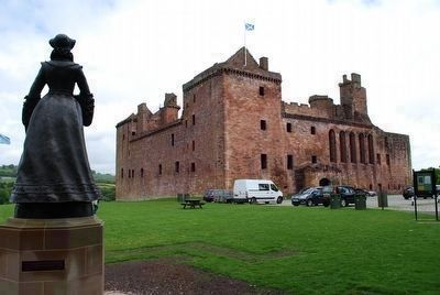 Mary Queen of Scots Statue and Linlithgow Palace image. Click for full size.