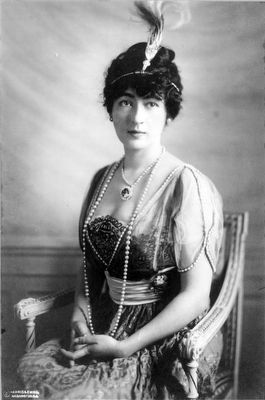 Evalyn Walsh McLean wearing the Hope Diamond image. Click for full size.
