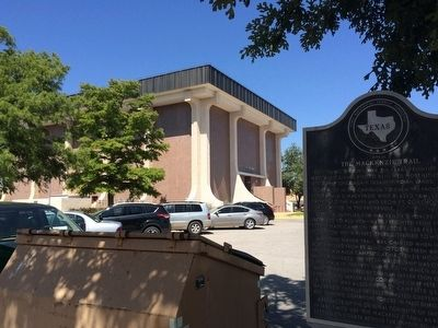 MacKenzie Trail Marker next to Scurry County Courthouse . image. Click for full size.