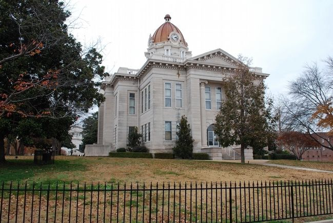 Tupelo Courthouse image. Click for full size.