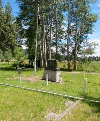 Fort Klamath Military Cemetery Memorial Marker - Wide View image. Click for full size.