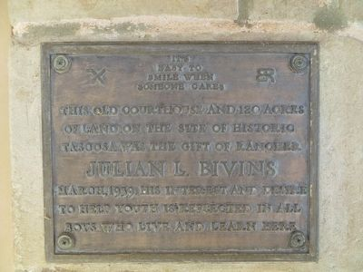 Plaque next to entrance of courthouse image. Click for full size.