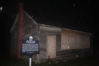 Lincoln Lane Schoolhouse Marker and schoolhouse image. Click for full size.