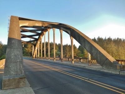 Siuslaw River Bridge (<i>concrete arch detail</i>) image. Click for full size.