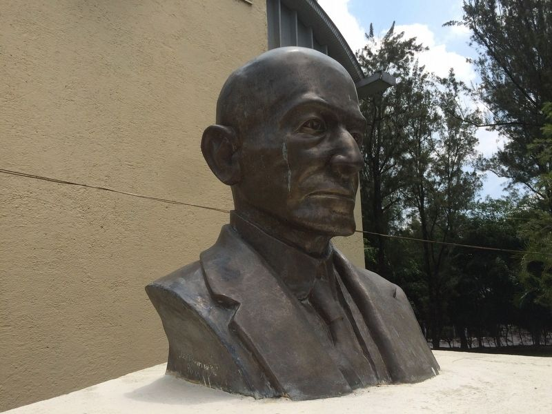 Detail of the bust of Engineer Claudio Urrutia M. image. Click for full size.