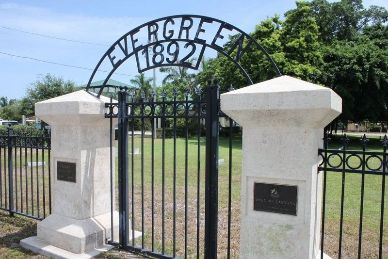 Evergreen Cemetery entry along Lantana Road image. Click for full size.