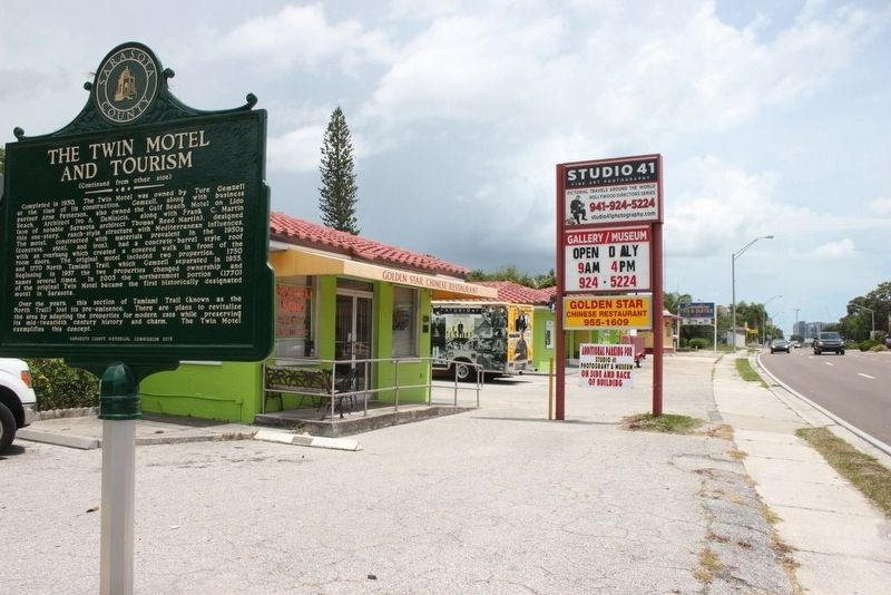 The Twin Motel and Tourism Marker with motel in background image. Click for full size.