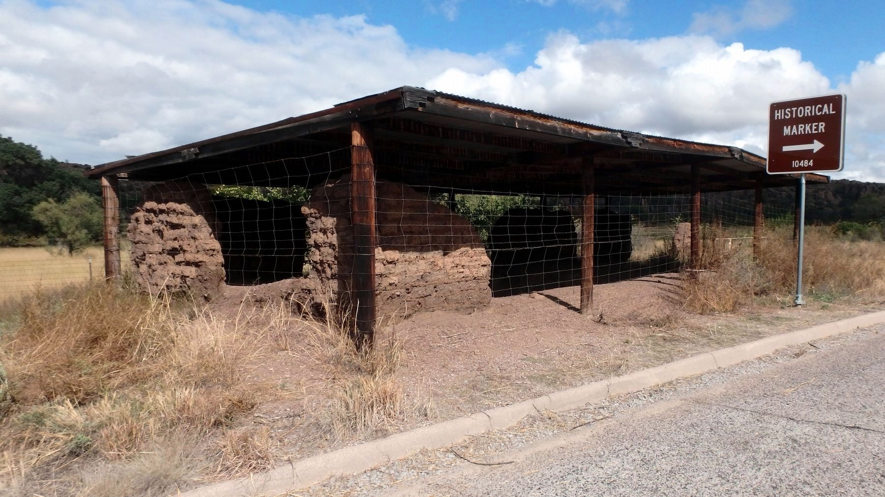 Adobe ruin directly across the road from the marker image. Click for full size.