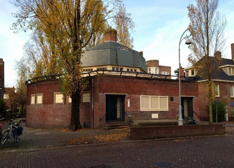 Badhuis Diamantbuurt (Public Baths) and Marker - Wide View image. Click for full size.
