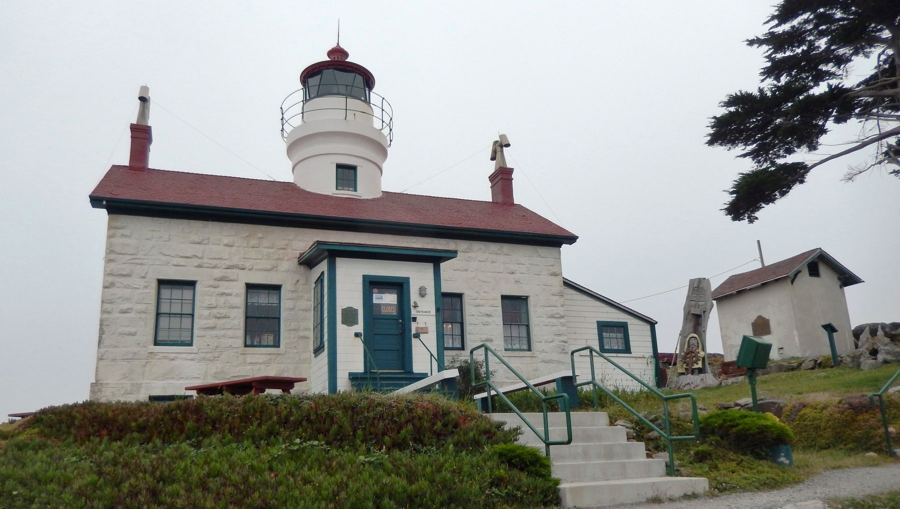 Battery Point Lighthouse (<b><i>wide view</b></i>) image. Click for full size.