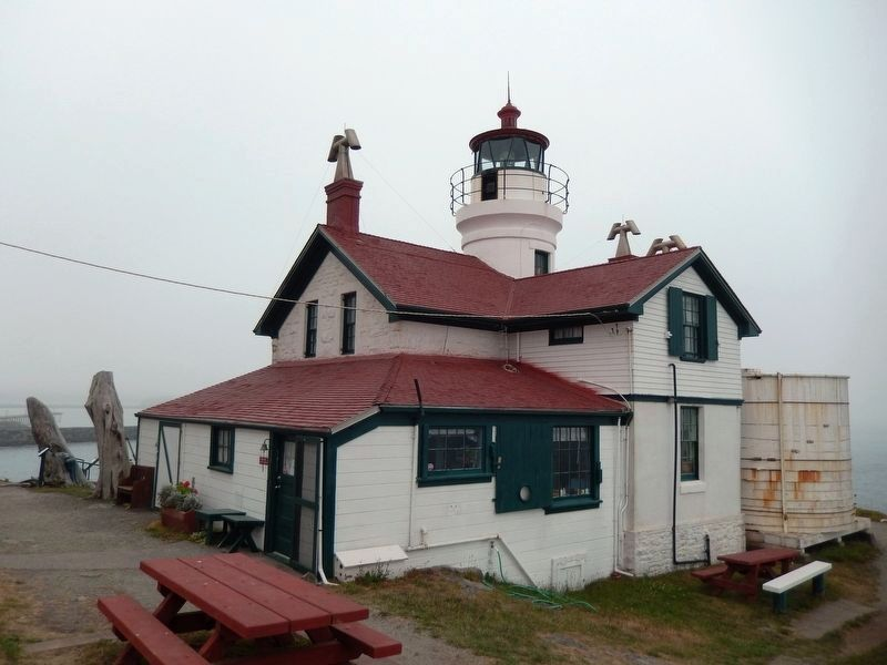 Battery Point Lighthouse (<b><i>back view</b></i>) image. Click for full size.