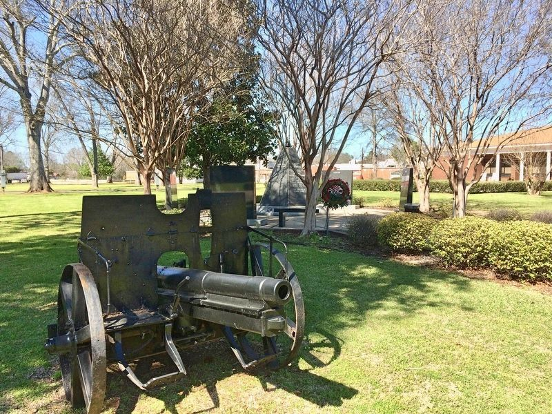 The Clarke County War Memorial and nearby cannon. image. Click for full size.