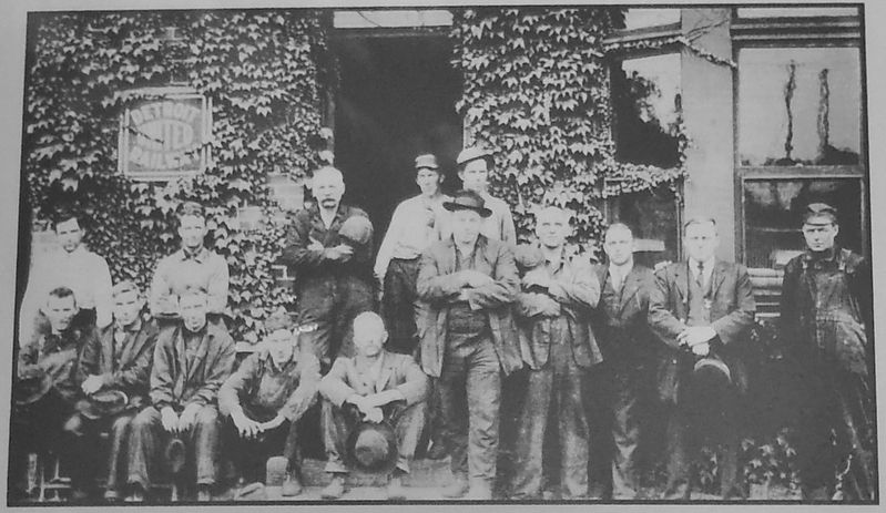 Workmen Outside D.U.R. Car Barn ca. 1915 (<b><i>marker inset</b></i>) image. Click for full size.