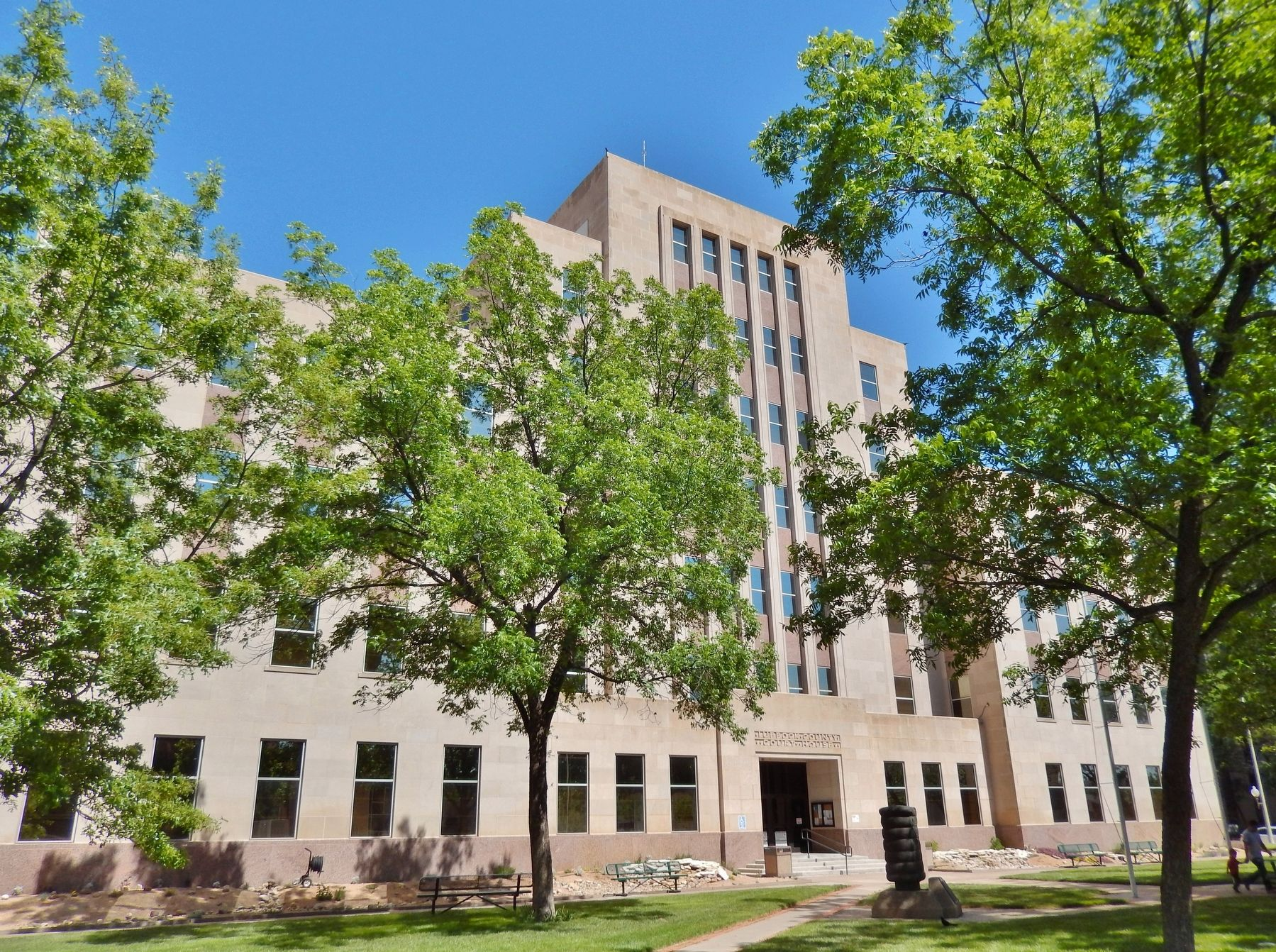 Lubbock County Courthouse (<b><i>Monument & Marker visible right of sidewalk</b></i>) image. Click for full size.
