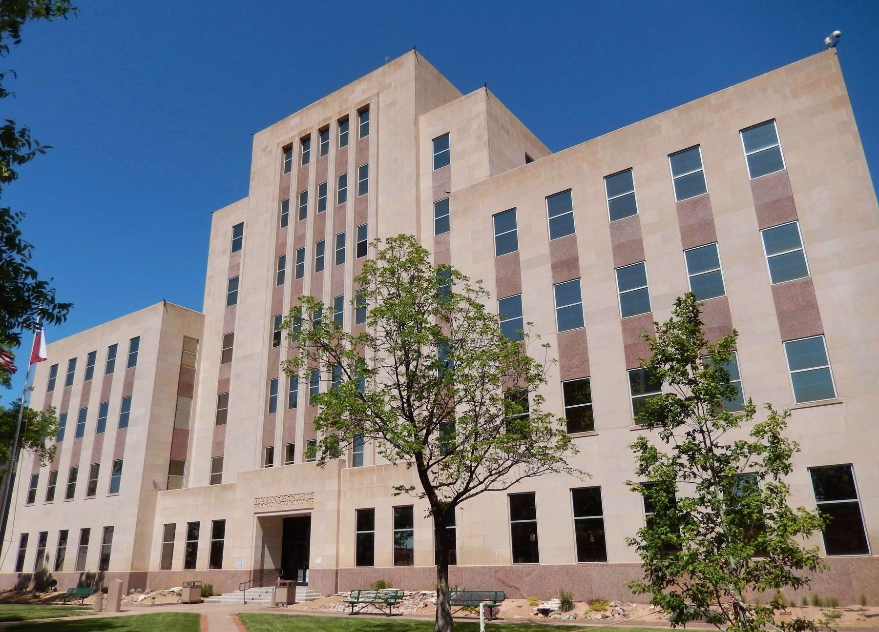 Lubbock County Courthouse (<b><i>wide view; marker visible bottom left</b></i>) image. Click for full size.
