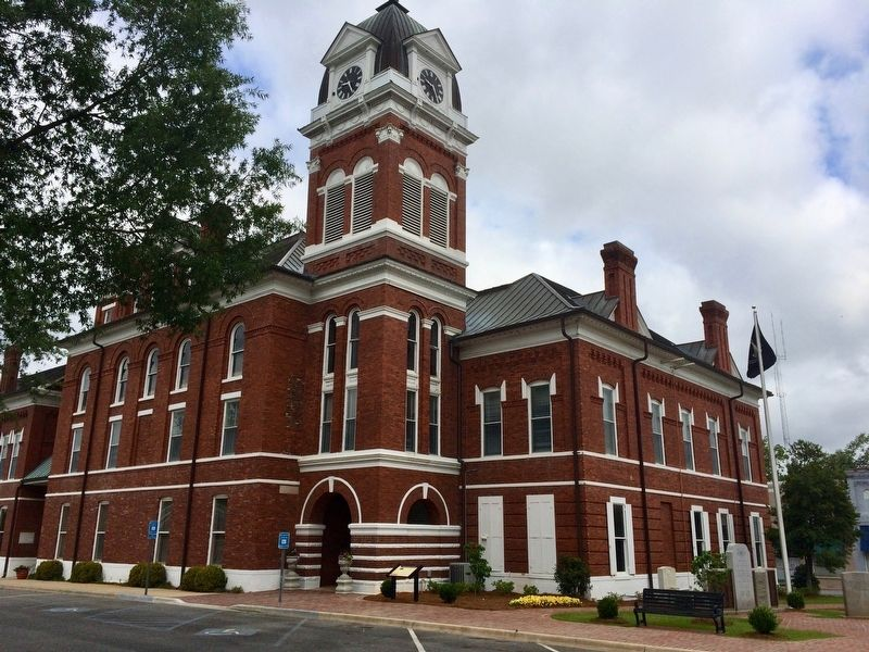 Washington County Courthouse with marker on right. image. Click for full size.