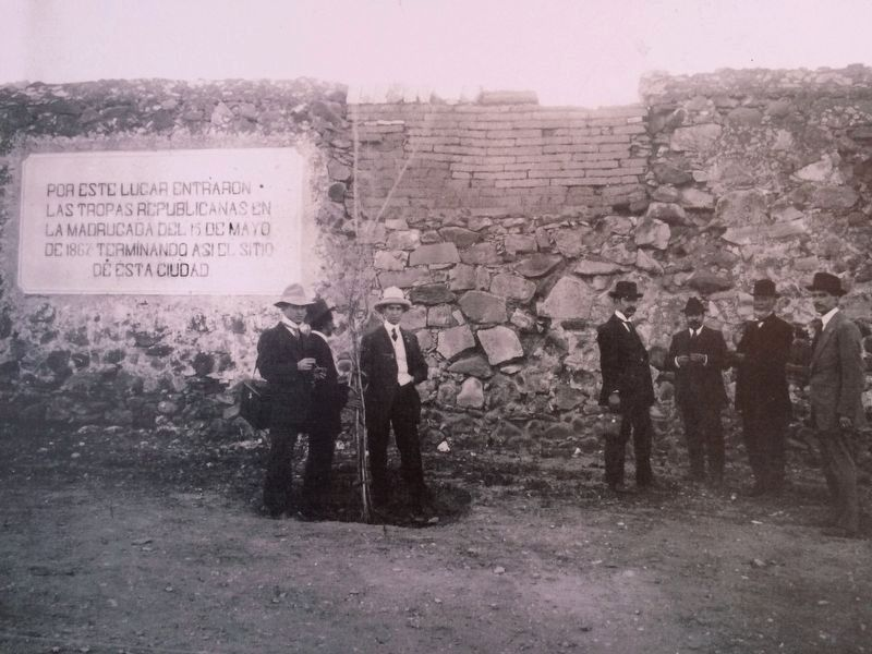 An earlier marker on the End of the Siege of Querétaro image. Click for full size.
