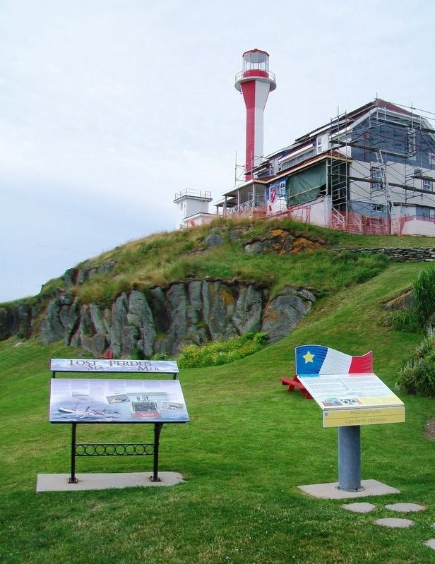 Phare Cap-Forchu / Cape Forchu Lightstation and Marker image. Click for full size.
