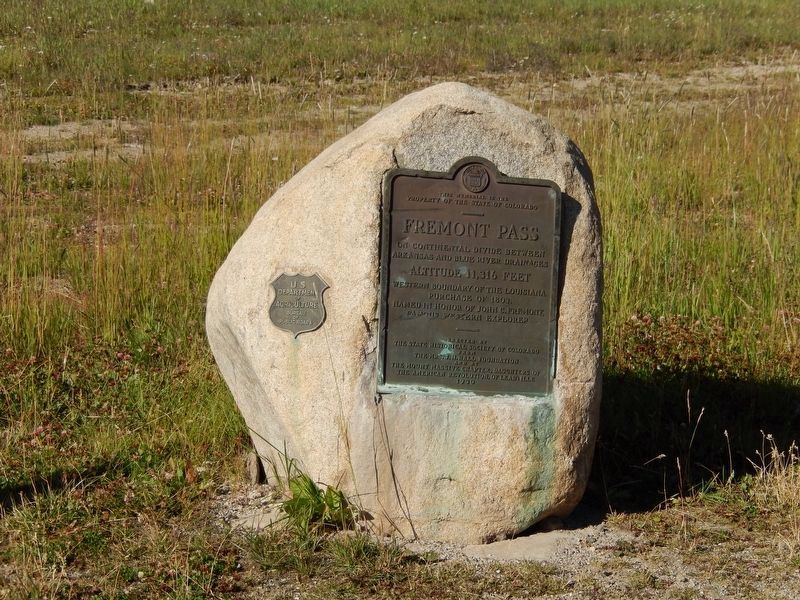 Freemont Pass Marker (<b><i>wide view</b></i>) image. Click for full size.