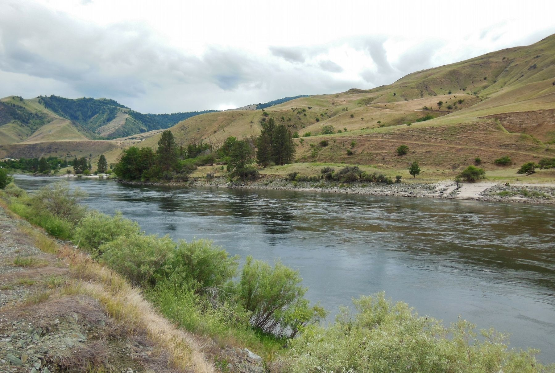 Salmon River (<i>view looking south from the marker</i>) image. Click for full size.