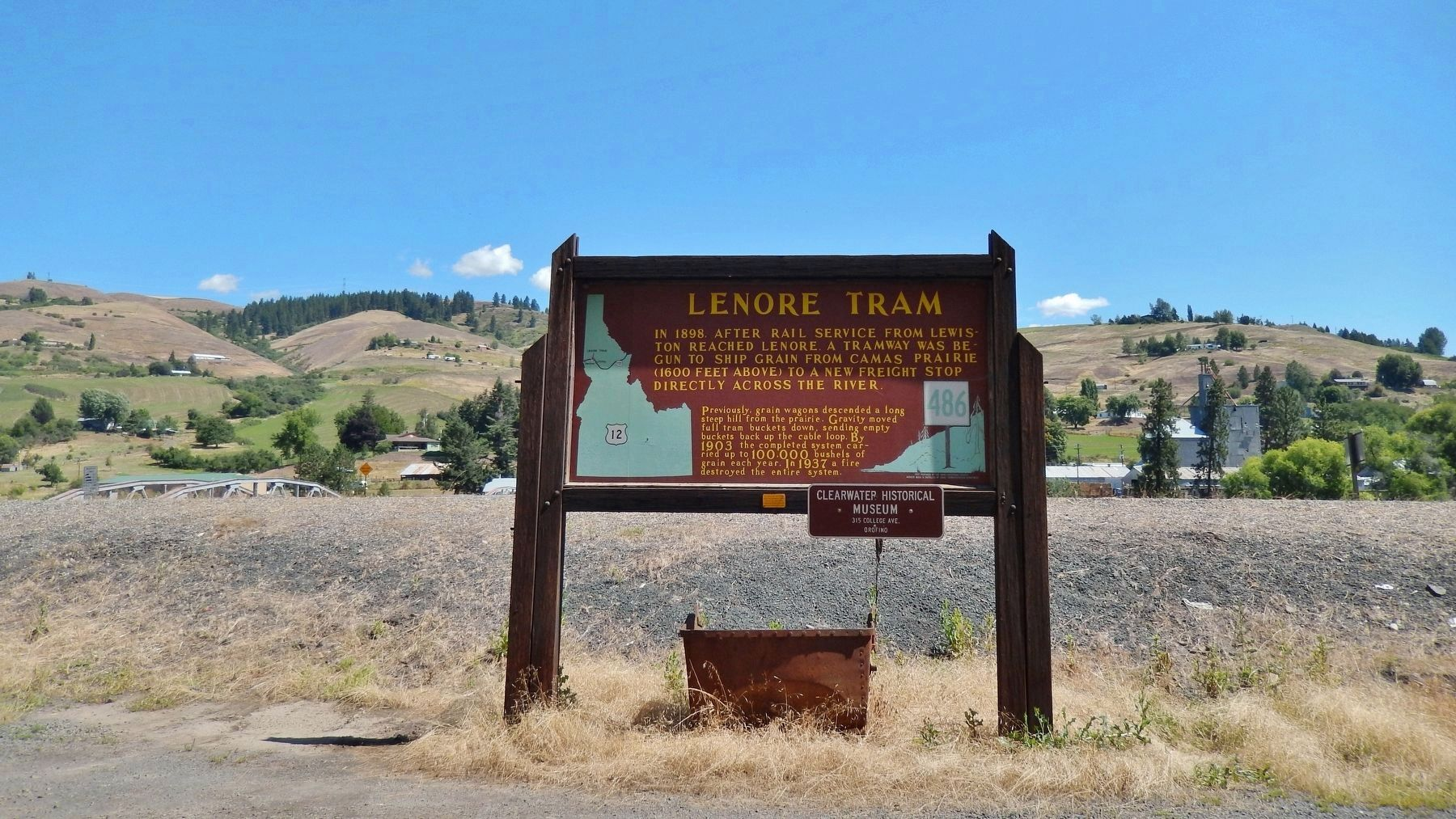 Lenore Tram Marker (<i>wide view looking north across US Highway 12 to Lenore</i>) image. Click for full size.
