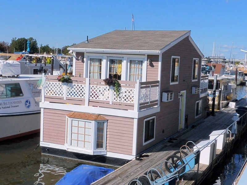 Houseboat on the Waterfront image. Click for full size.