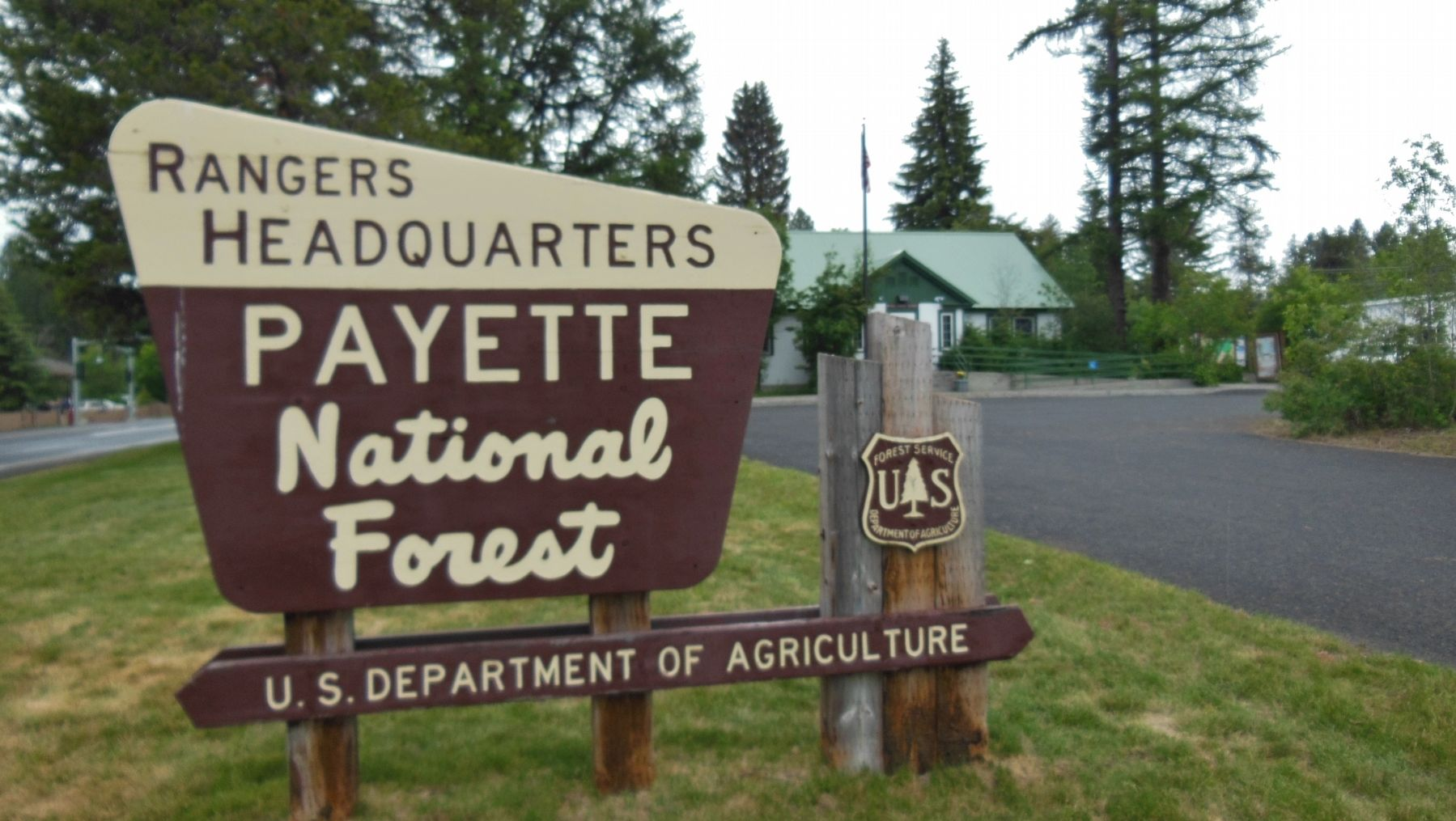 Payette National Forest Ranger Station sign image. Click for full size.