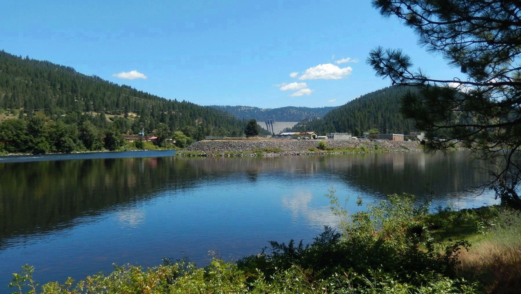 Clearwater River and Dworshak Dam (<i>view beyond marker</i>) image. Click for full size.