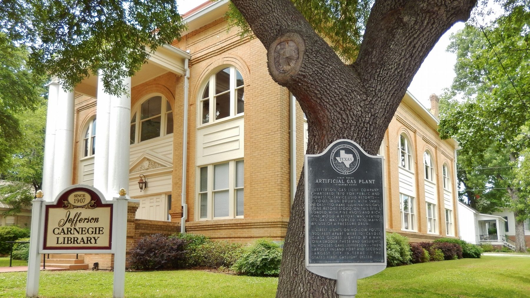 Jefferson Public Library (<i>corner view showing unrelated marker</i>) image. Click for full size.