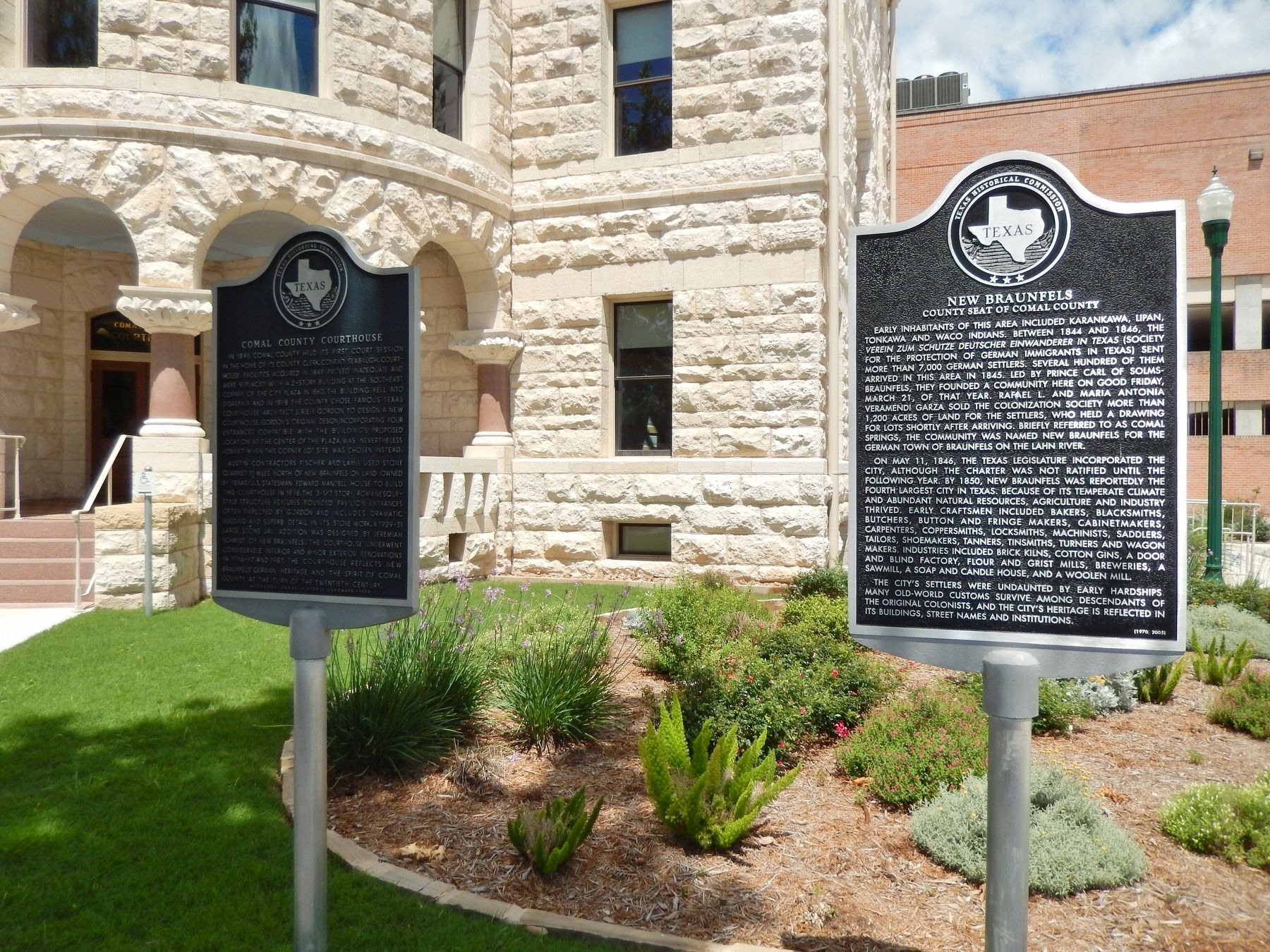 New Braunfels Marker (<i>wide view showing adjacent marker and courthouse in background</i>) image. Click for full size.