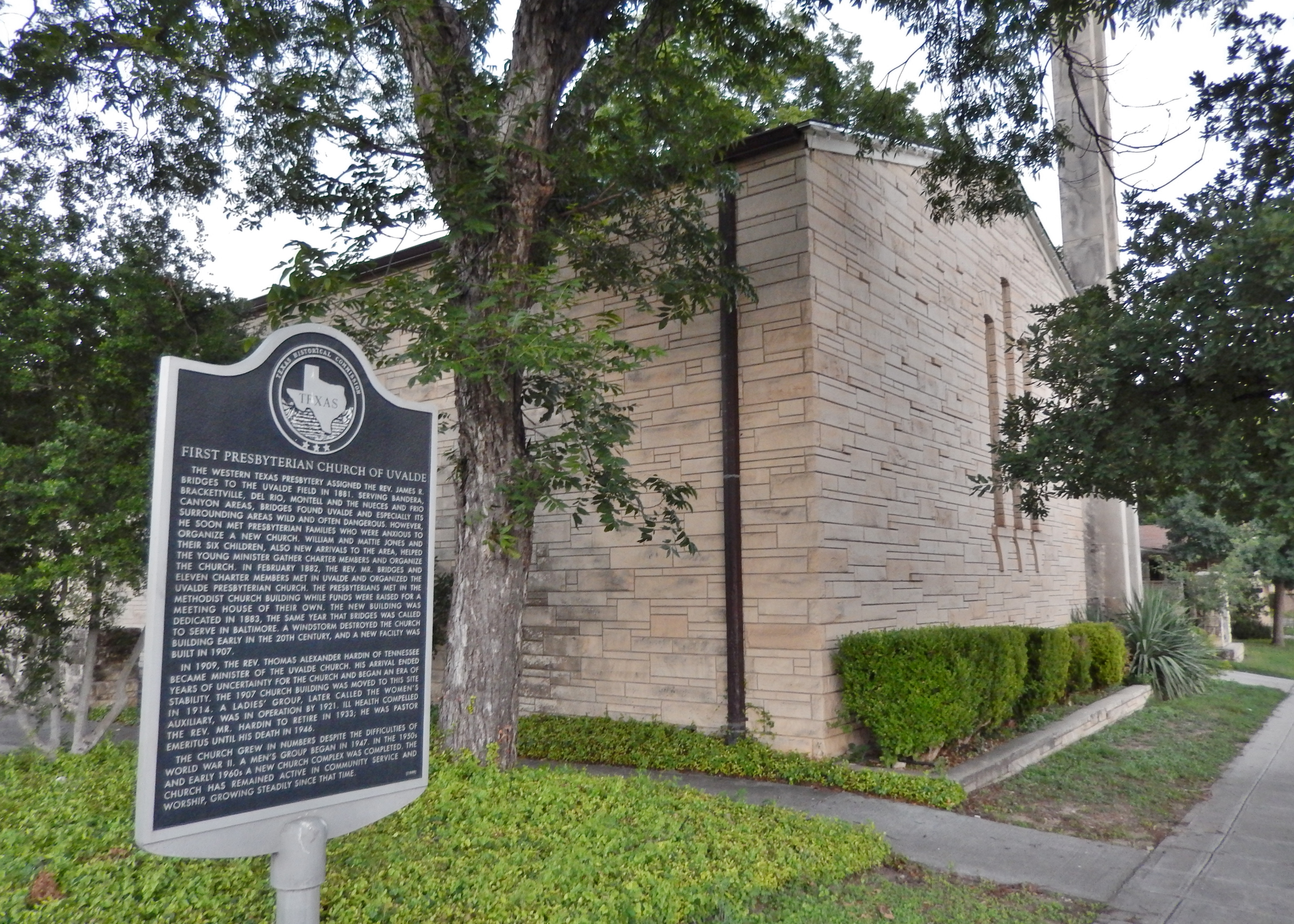First Presbyterian Church of Uvalde Marker (<i>wide view</i>)