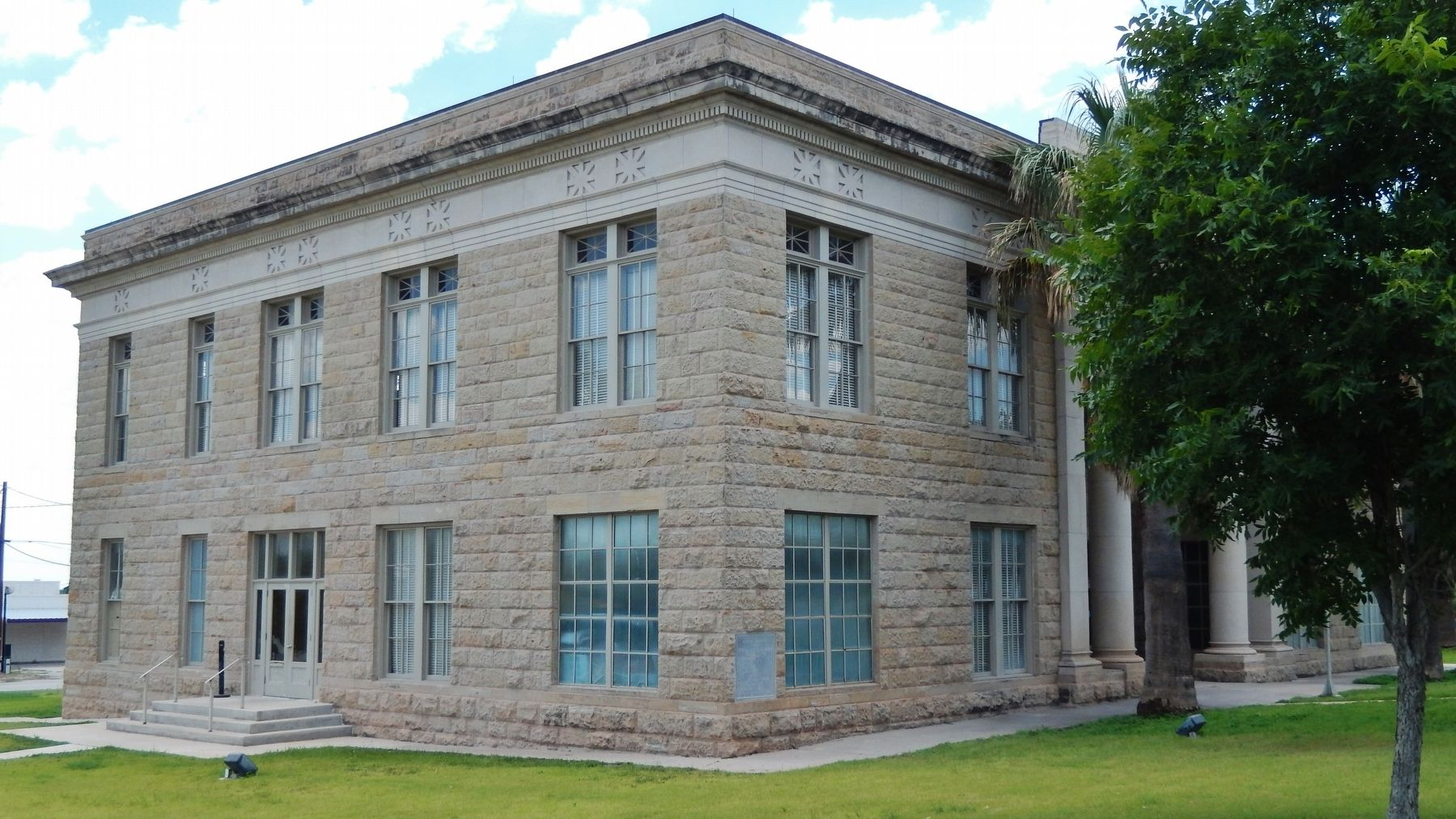Dimmit County Courthouse (<i>nw corner view</i>) image. Click for full size.