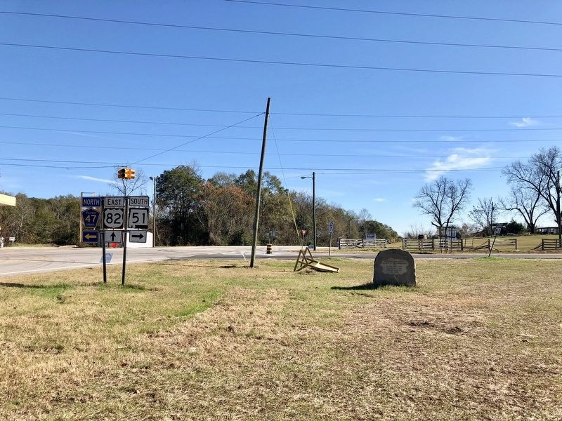 Jefferson Davis Highway Marker looking south on U.S. Highway 82. image. Click for full size.