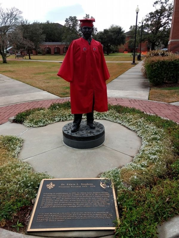 Dr. Edwin L. Stephens Statue image. Click for full size.