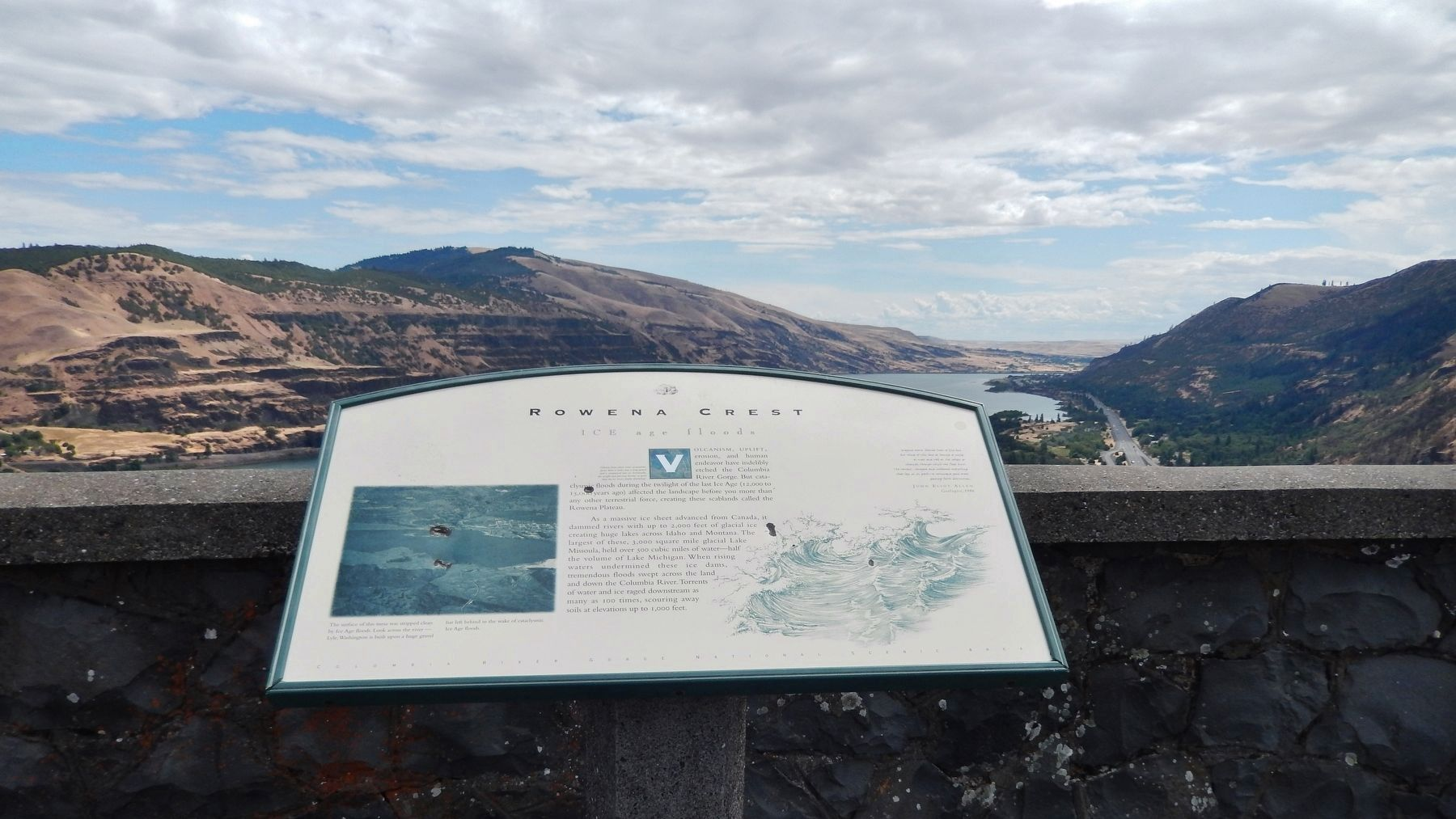 Rowena Crest - Ice Age Floods Marker (<i>wide view; looking east along Columbia River Gorge</i>) image. Click for full size.