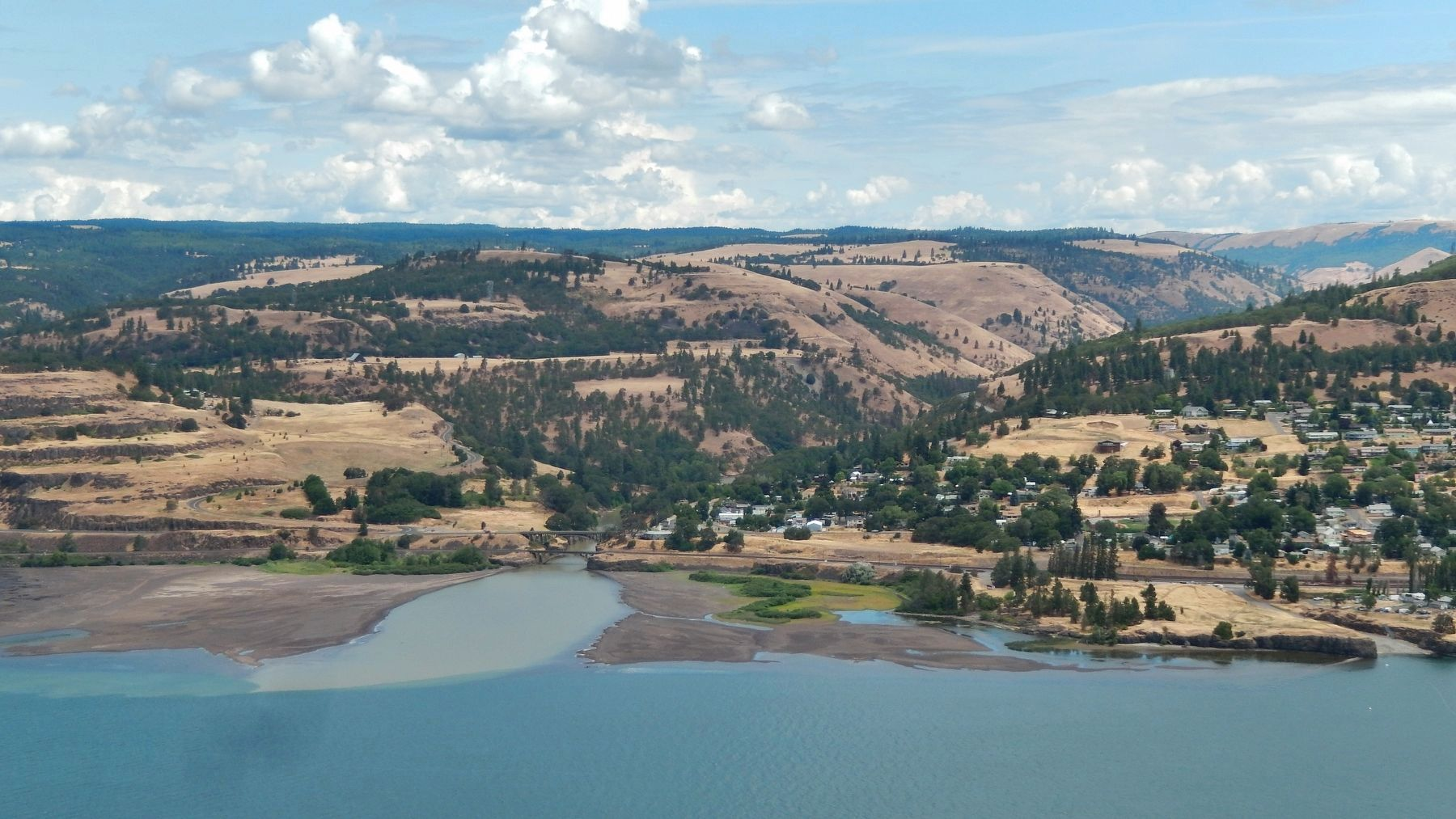 View of Lyle, Washington (<i>across Columbia River from marker</i>) image. Click for full size.