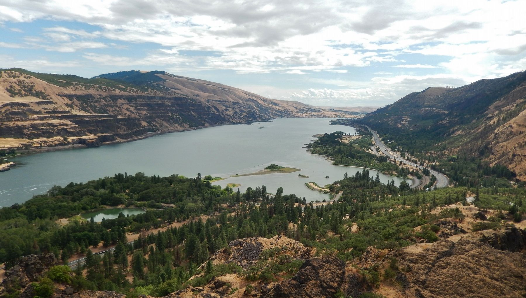 Columbia River Gorge (<i>view east from marker</i>) image. Click for full size.