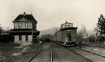 Hood River Railroad Depot c. 1910 image. Click for full size.