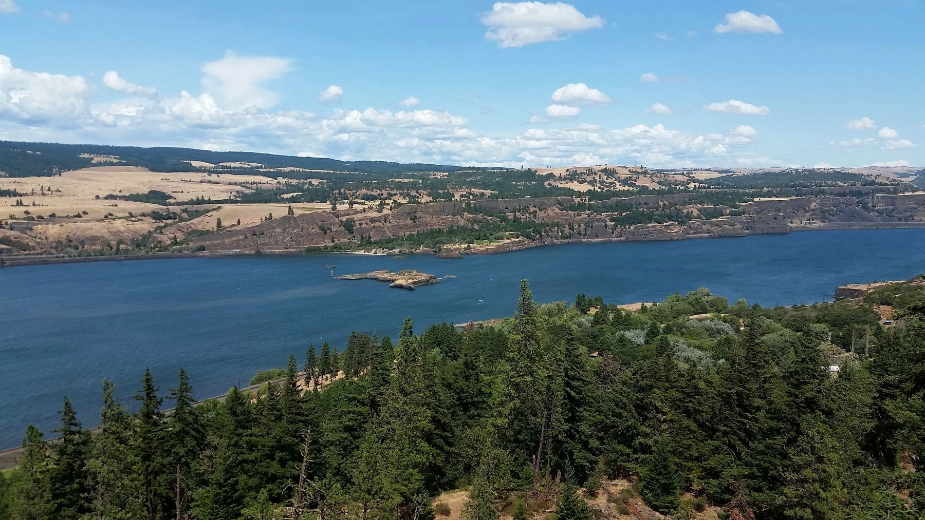 Memaloose Island & Columbia River (<i>view from marker</i>) image. Click for full size.