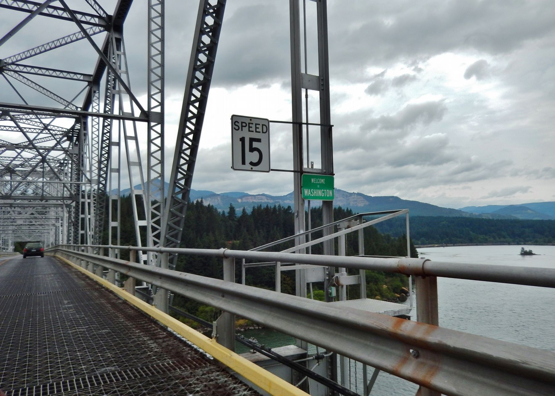 Bridge of the Gods - Washington State Line over center of Columbia River image. Click for full size.